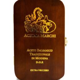 traditioneller-balsamico-essig-von-modena-dop-extravecchio-francesco-holzkiste-geschrieben-gold