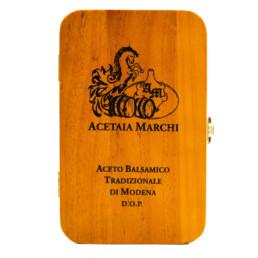 traditioneller-balsamico-essig-von-modena-dop-gealterter-holzkasten-schwarz geschrieben