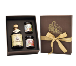 geschenkpackung-mit-condimento-balsamico-delicato-salsa-agrodolce-biologica-fichiaceto-salsa-agrodolce-biologica-fragoleaceto