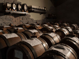 Batteries-Production-Vinaigre balsamique traditionnel de Modène-DOP-et-PIG-bouteilles-en-réverbération-Acetaia-Marchi